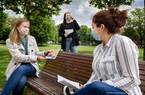 RE/init e.V. Bottrop - Treffen mit Projektteilnehmerin im Park in Bottrop zu Corona-Zeiten. Foto © Dietrich Hackenberg - www.lichtbild.org