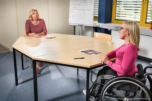 Berufsförderungswerk Düren gGmbH - Gespräch mit Abstand - Foto © Dietrich Hackenberg - www.lichtbild.org