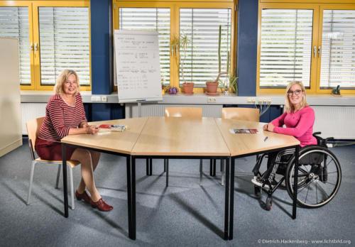 Berufsförderungswerk Düren gGmbH - Gespräch mit Abstand in Zeiten von Corona - Foto © Dietrich Hackenberg - www.lichtbild.org