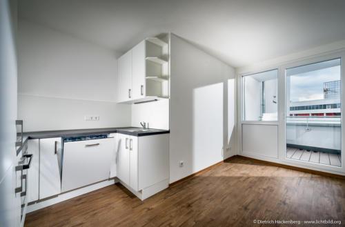 Küche mit Balkon, Blitz durch Fenster - Immobilie Dortmund - Foto © Dietrich Hackenberg