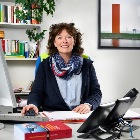 Mitarbeiterin im Büro. Foto © Dietrich Hackenberg