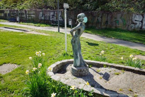 Corona - Brunnenfigur mit Mundschutz, Dortmund. Foto © Dietrich Hackenberg