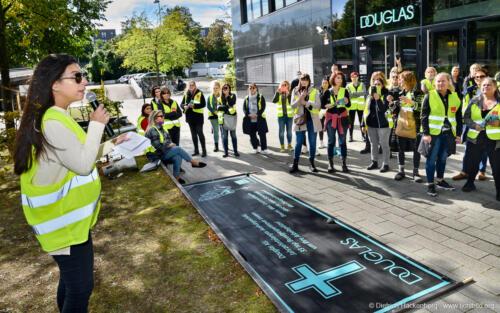 Douglas Mitarbeiterinnen aus ganz Deutschland demonstrieren vor der Douglas Zentrale für einen Tarifabschluss und gegen Geschäftsschließungen in Düsseldorf am 01.10.2021. Foto Dietrich Hackenberg