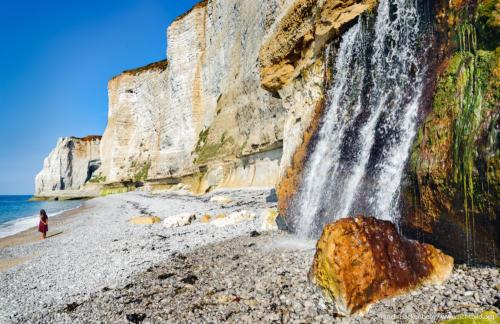 Wasserfall am Strand. Weiße Klippen von Etretat, Normandie. Foto © Dietrich Hackenberg
