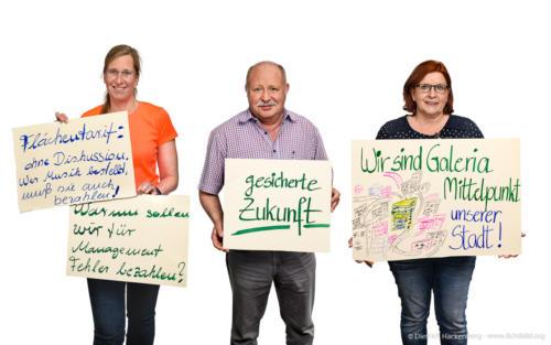 Bundestarifkommissionsmitglieder Galeria Karstadt Kaufhof mit Spruchplakaten - Foto Dietrich Hackenberg