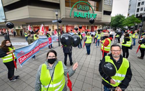 Mit schwarzen Ballons gegen Schließung - verdi Handel NRW Protestaktion vor Galeria-Kaufhof Essen - Foto © Dietrich Hackenberg