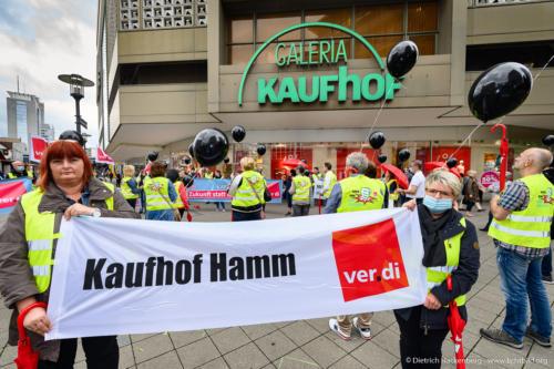 Kaufhof Hamm - verdi Handel NRW Protestaktion vor Galeria-Kaufhof Essen mit schwarzen Ballons gegen Schließung - Foto © Dietrich Hackenberg