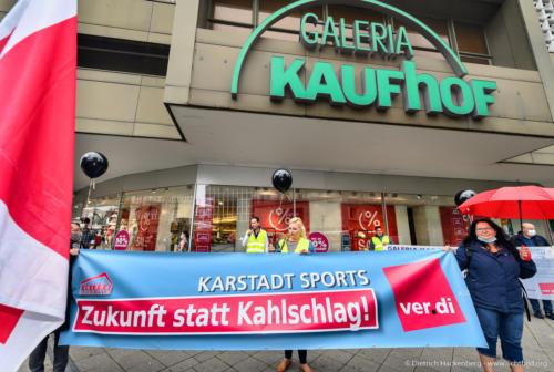 Zukunft statt Kahlschlag - Karstadt Sports verdi Handel NRW Protestaktion vor Galeria-Kaufhof Essen mit schwarzen Ballons gegen Schließung - Foto © Dietrich Hackenberg