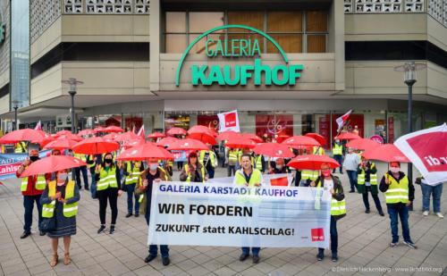 verdi Handel NRW Protestaktion vor Galeria-Kaufhof Essen - rote Schirme gegen Schließung - Foto © Dietrich Hackenberg