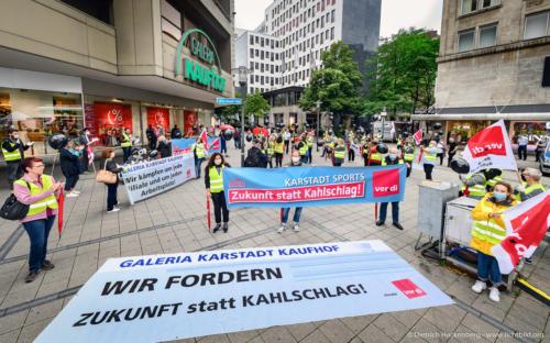 verdi Handel NRW Protestaktion vor Galeria-Kaufhof Essen mit schwarzen Ballons gegen Schließung. Foto © Dietrich Hackenberg