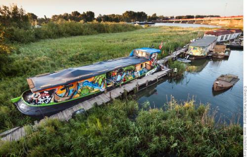 Hausboot im Schilf. Amsterdam-Zeeburg, Niederlande. Foto © Dietrich Hackenberg