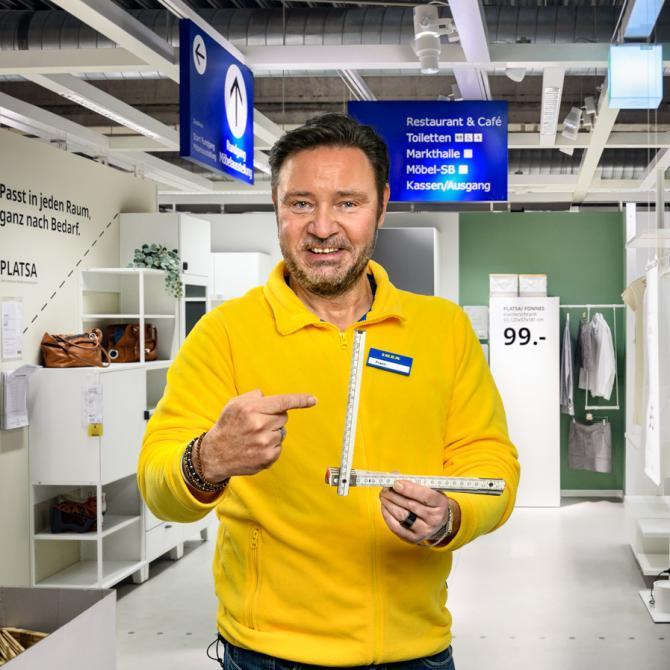 Mitarbeiter bei Ikea Dortmund. Foto © Dietrich Hackenberg