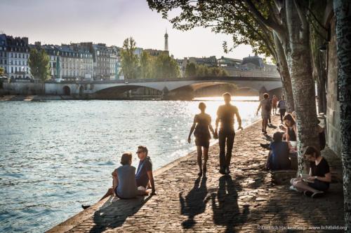 Spazierendes Liebespaar am Ufer der Seine mit Brücke und Eifelturm in Paris. Foto Dietrich Hackenberg
