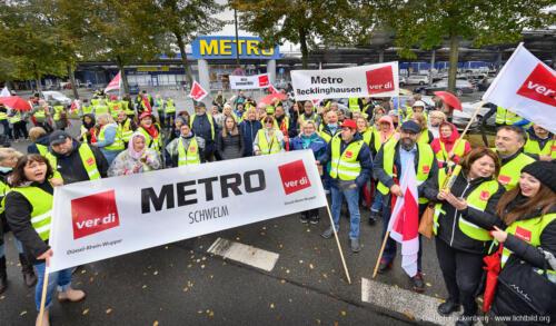 ver.di Handel NRW Streikversammlung und Zug um die METRO-Verwaltung in Düsseldorf am 06.10.2021. Foto Dietrich Hackenberg