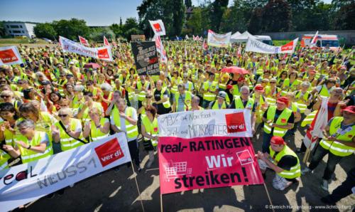 Real Streikende aus NRW ziehen zur Metro/real-Zentrale in Düsseldorf am 13.07.2018. Foto © Dietrich Hackenberg