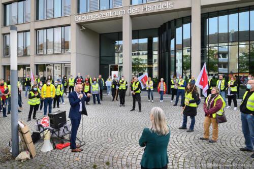 Rewe Arbeitgebervertreter spricht zu Silke Zimmer von verdi Handel. verdi Ikea Streikende vor dem Bildungszentrum des Handels in Recklinghausen. Foto Dietrich Hackenberg