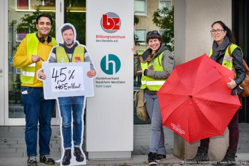 ver.di Ikea Streikende vor dem Bildungszentrum des Handels in Recklinghausen. Foto Dietrich Hackenberg