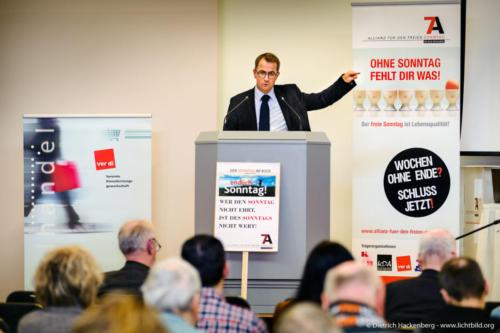"""Rechtsanwalt Friedrich Kühn. Die """"Allianz für den freien Sonntag"""" überreicht NRW-Wirtschaftsminister Pinkwart eine gemeinsame Erklärung vor dem Landtag. Foto Dietrich Hackenberg"""