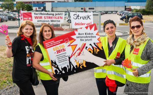 Herr Kleber unterschreiben Sie jetzt! - Amazon Werne Streik am 26.06.2015. Foto © Dietrich Hackenberg