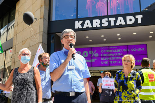 Evangelischer Pfarrer Friedrich Stiller - verdi Handel NRW Demonstration gegen Schließung der Karstadt-Kaufhof Filialen in Dortmund. Foto © Dietrich Hackenberg
