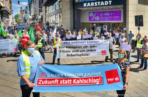 Vertreter von Die Linke. spricht. verdi Handel NRW Demonstration gegen Schließung der Karstadt-Kaufhof Filialen in Dortmund. Foto © Dietrich Hackenberg