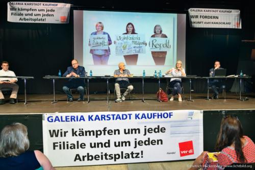verdi Handel NRW Versammlung gegen Schließung der Karstadt-Kaufhof Filialen in Dortmund - Bühne. Foto © Dietrich Hackenberg