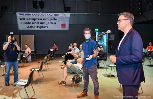 Thomas Westphal Bürgermeister-Kandidat der SPD solidarisch. verdi Handel NRW Demonstration gegen Schließung der Karstadt-Kaufhof Filialen in Dortmund. Foto © Dietrich Hackenberg