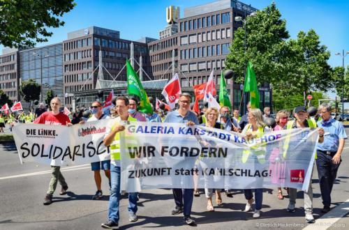Demozug - verdi Handel NRW Demonstration gegen Schließung der Karstadt-Kaufhof Filialen in Dortmund. Foto © Dietrich Hackenberg