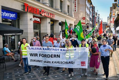 Demo über den Westenhellweg - verdi Handel NRW Demonstration gegen Schließung der Karstadt-Kaufhof Filialen in Dortmund. Foto © Dietrich Hackenberg