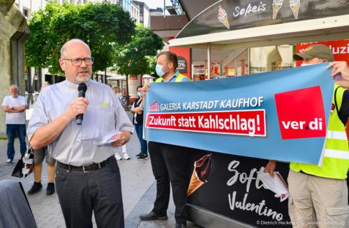 Katholischer Pfarrer Michael Vogt Dortmund - verdi Handel NRW Demonstration gegen Schließung der Karstadt-Kaufhof Filialen in Dortmund. Foto © Dietrich Hackenberg