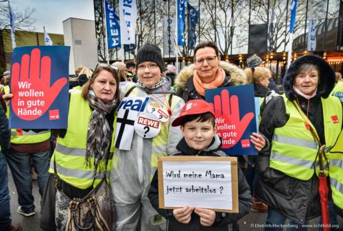 real Mitarbeiter demonstrieren vor der Hauptversammlung der Metro AG Messehalle - Düsseldorf am 14.02.2020 - Foto © Dietrich Hackenberg