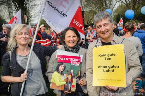Streikende der Musikschule Bochum. verdi Streikveranstaltung. Foto Dietrich HackenbergÖffentlicher Dienst, Dortmund am 10.04.2018