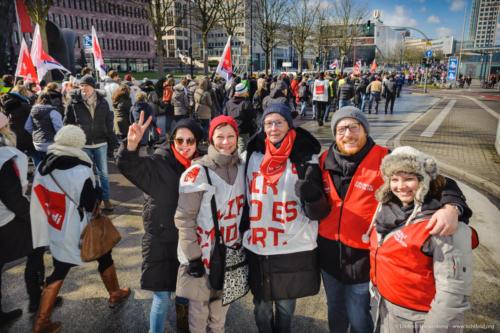 Streikzug zum Friedensplatz beim Warnstreik des öffentlichen Dienstes am 20.03.2018 - Foto © Dietrich Hackenberg