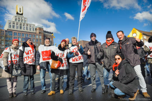 rechts Busfahrer Dortmund Streikzug zum Friedensplatz beim Warnstreik des öffentlichen Dienstes am 20.03.2018, Hintergrund Dortmunder U - Foto © Dietrich Hackenberg