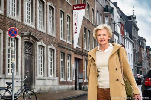 Karin Wieder vom Sozialwerk Aachener Christen, das in einem Fabrikgebäude aus der Gründerzeit angesiedelt ist. Foto Dietrich Hackenberg – www.lichtbild.org